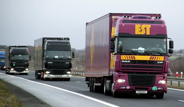 грузовики в дороге